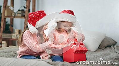 Irmã bebê animada rindo celebra feriado feriado feriado aberto rabo de feira presente emocionante vídeos de arquivo