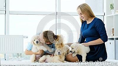 Irmãs brincando com cachorros