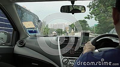 ISLA DE PENANG, MALASIA - 31 DE MAYO DE 2018: Taxista Driving Car Visión desde el coche almacen de video