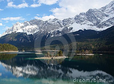 Islands on Eibsee , Zugspitze.