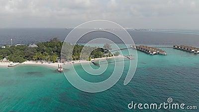Islas de Paradise, viaje exótico al mar tropical con agua pura de la turquesa y casas de madera, visión desde arriba almacen de video