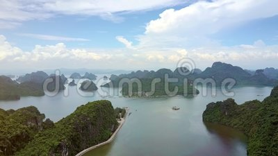 Isole verdi degli alti di vista aerea fiordi dell'oceano nella baia di lunghezza dell'ha stock footage