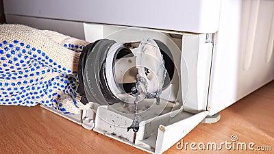 Ispezione del filtro della pompa di scarico intasato sporco della lavatrice, chiusura, pulizia e riparazione video d archivio