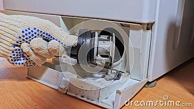 Ispezione del filtro della pompa di scarico intasato sporco della lavatrice, chiusura, pulizia e riparazione archivi video