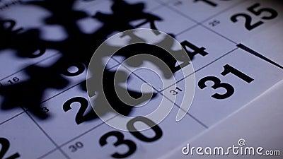 Ist auf dem Tisch der der Dezember-Kalender des neuen Jahres auf dem Hintergrund des Schattens einer Schneeflocke, das neue Jahr  stock footage