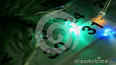 Ist auf dem Tisch der der Dezember-Kalender des neuen Jahres und die Lichter des neuen Jahres brennen um das Datum vom 31. Dezemb stock footage