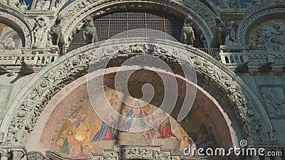 Itália, Veneza, em fevereiro de 2019 F?rias europ?ias Fachada de uma catedral de Marco de Saint em Veneza Arte bonita na construç filme