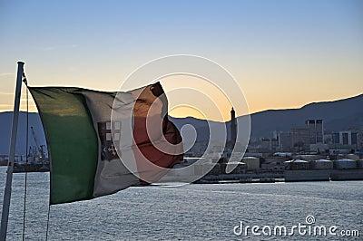 Italiaanse vlag in de haven van Genua
