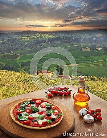 Free Italian Pizza In Chianti, Vineyard Landscape In Italy Royalty Free Stock Photography - 33232177