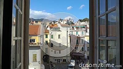 Italienische mittelalterliche Stadt des Ausstellfenster-Morgens stock footage