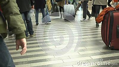 Itinérants marchant par le hall de station dans l'aéroport, se dépêchant pour des vols clips vidéos