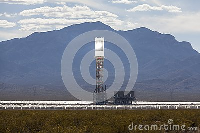 Ivanpah-Wüsten-Solarwärmekraftwerk-Turm Redaktionelles Bild