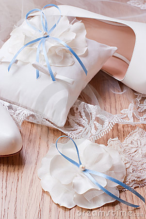 Ivory wedding accessories for the bride