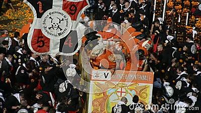IVREA ITALIEN - Februari 27, 2017: Följd från beträffande-lagen: striden av apelsinerna i Ivrea arkivfilmer