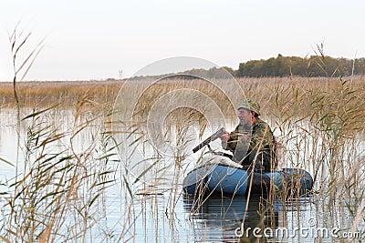 Jäger in einem Boot