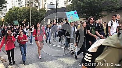 Jóvenes protestando por el cambio climático Vancouver BC almacen de metraje de vídeo