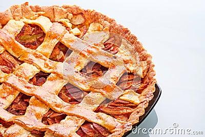 Jabłczany i cynamonowy tarta na talerzu