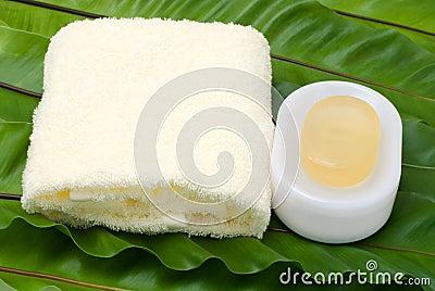 Jabón y toalla amarilla