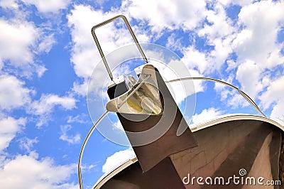 Jacht głowa pod niebem i chmurą