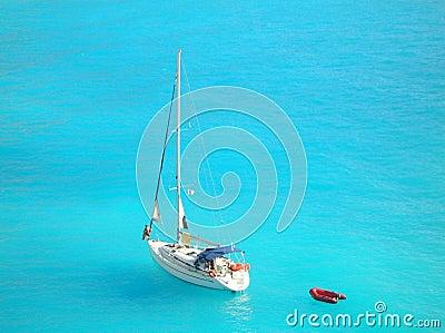 Jacht in lichtblauwe Ionische overzees