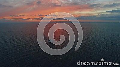 Jachtu krótkopęd trutniami w morzu przy zmierzchem zdjęcie wideo