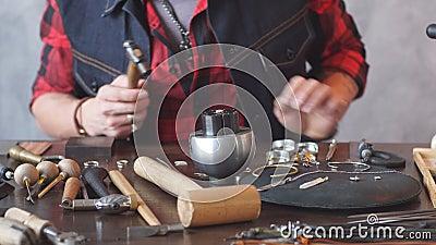 Jack όλων των εμπορίων σοβαρός τύπος που προετοιμάζει τα κοσμήματα για την τέχνη κοσμημάτων πελατών απόθεμα βίντεο