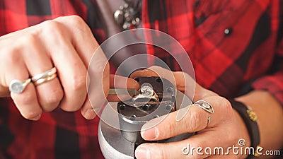 Jack όλων των εμπορίων σοβαρός τύπος που προετοιμάζει τα κοσμήματα για την τέχνη κοσμημάτων πελατών ενάντια στην ηλέκτρινη θάλασσ απόθεμα βίντεο