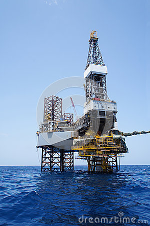 Free Jack Up Drilling Rig And The Production Platform Royalty Free Stock Photos - 26715578