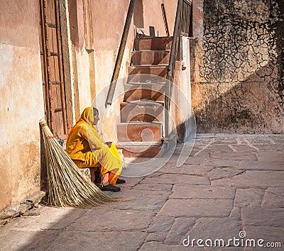 JAIPUR, RAJASTAN, la INDIA - enero, 27: Señora de la limpieza en F ambarina Fotografía editorial