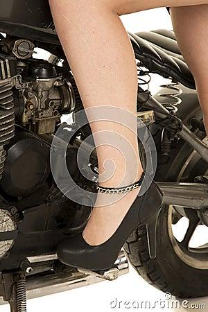 Jambe de femme dans la moto de talons photo stock image 46788849 - Photo jambe femme ...