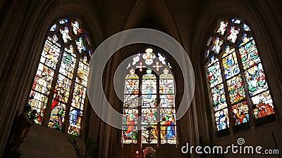 Janelas da igreja em Broglie, Normandy França, BANDEJA vídeos de arquivo