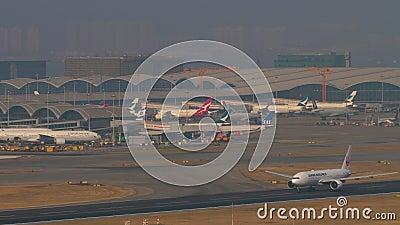Japan Airlines Boeing 777 partida de Hong Kong video estoque