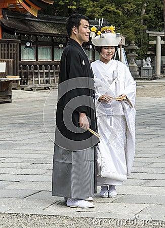 Japanische traditionelle Hochzeitspaare Redaktionelles Bild
