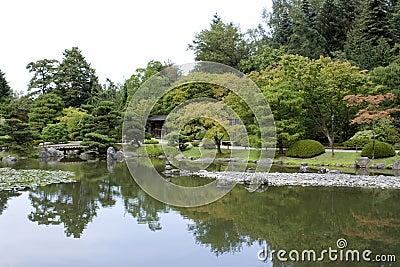 Japanischer Garten mit einem traditionellen Gatter