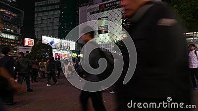 Japanse voetgangers strart dwarsshibuya die bij nacht kruisen stock footage