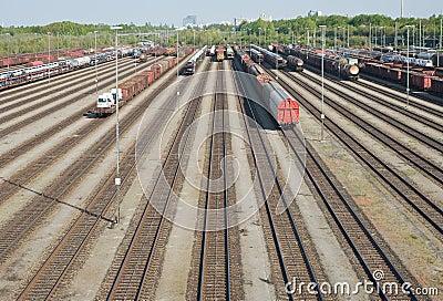 Jarda da estrada de ferro com automóveis novos