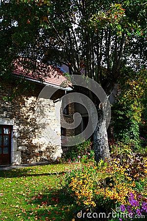 Jardin de pays et vieille maison photo stock image 3257170 for Achat maison yvoire