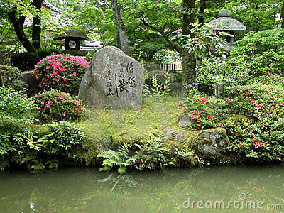 Jardin japonais avec des roches