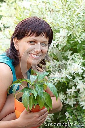 Jardinage de sourire heureux de femme de Moyen Âge
