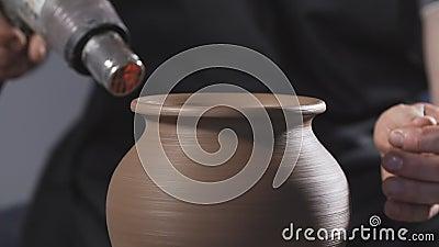 Jarro seco de la arcilla del alfarero con el secador Manos del hombre que hacen el jarro de la arcilla handmade arte almacen de metraje de vídeo