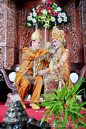 Free Javanesse Moslem Bride And Groom In Traditional Wedding Stock Photography - 80461552