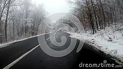 Jeździć pojazdem poprzez sceniczną górską drogę zimą zbiory