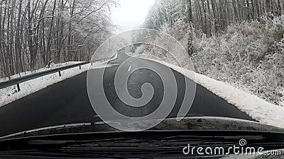Jeździć samochodem przez sceniczne górskie drogi zimą zdjęcie wideo