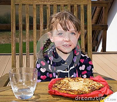 Jeść kartoflanego blin