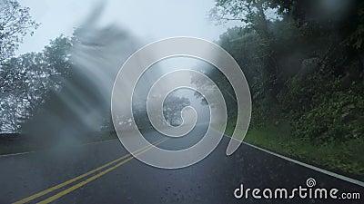 Jechać w Heavy Rain na linia horyzontu przejażdżce zbiory wideo