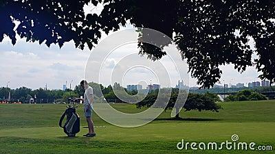 Jeden golfista bierze klub z torby na kurs zbiory wideo