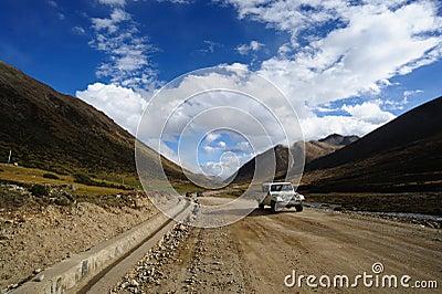 Jeep en el camino de tierra Imagen editorial