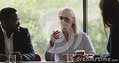 Jefa de una empresa de edad media habla durante una reunión de grupo empresarial almacen de video