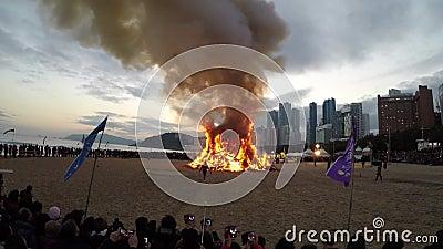 JeongwolDaeboruem el acontecimiento lunar de Nochevieja en la playa de Haeundae, Busán, Corea del Sur, Asia almacen de video