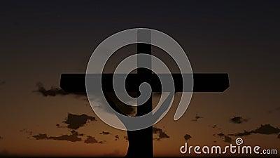 Jesús en la cruz, cierre para arriba, puesta del sol del lapso de tiempo, día a la noche, cantidad común metrajes
